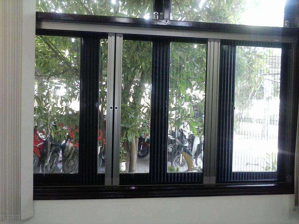 Cửa sổ chống muỗi dạng xếp màu đen (trắng sứ)