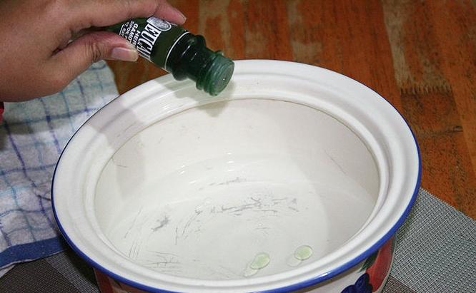 Bỏ dầu gió vào nước tắm chống muỗi